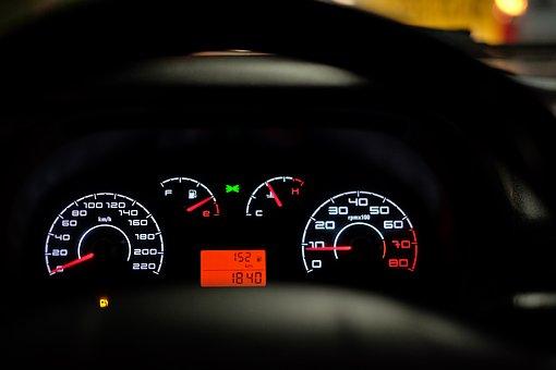 「ダッシュボードにファー、 青色LED、DADステッカー」←クソみたいな車のインテリアといえば?