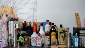 家に酒の瓶を並べてBARみたいにしてる